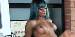 Ebony trans nena con grandes tetas masturbándose