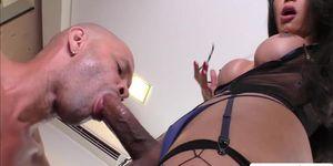 TBabe Kalliny Nomura ama cuando disfruta cabalgando la gran erección de los tíos