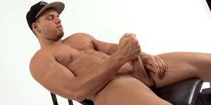 El macho alfa musculoso Brad se desnuda después de una entrevista