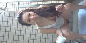 Asiática adolescente recogiendo orina