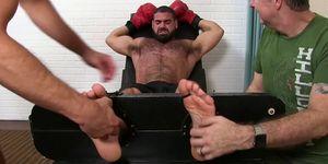 El boxeador Hunk Ricky Larkin está atado por Sergey y su amigo