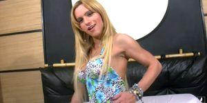 Tranny culo grande posa en vestido azul y tangas de cuero sexy