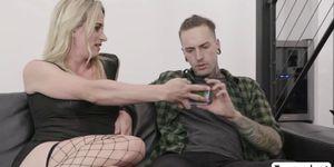 TGirl Nikki Vicious se golpea en el sofá con la polla de los amantes