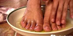 LOVEHOMEPORN - Stepmom pees into the bowl and washes feet