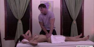 Increíble shemale domingo folló a una masajista, ya que tienen sexo anal