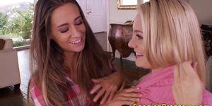 Lesbianas jovenes lamiendo cuca y trasero
