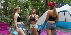 Los adolescentes que acampan toman facial