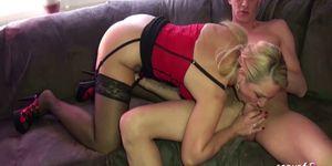La hermana del MILF Jenny ayuda a su hermano con el mal del amor con el sexo