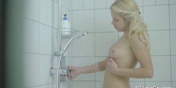 18 Virgin Sex - Cute virgin Caroll masturbating in the shower